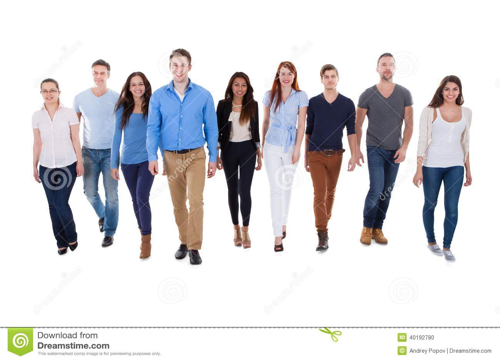 Grupo de personas diverso que camina hacia cámara