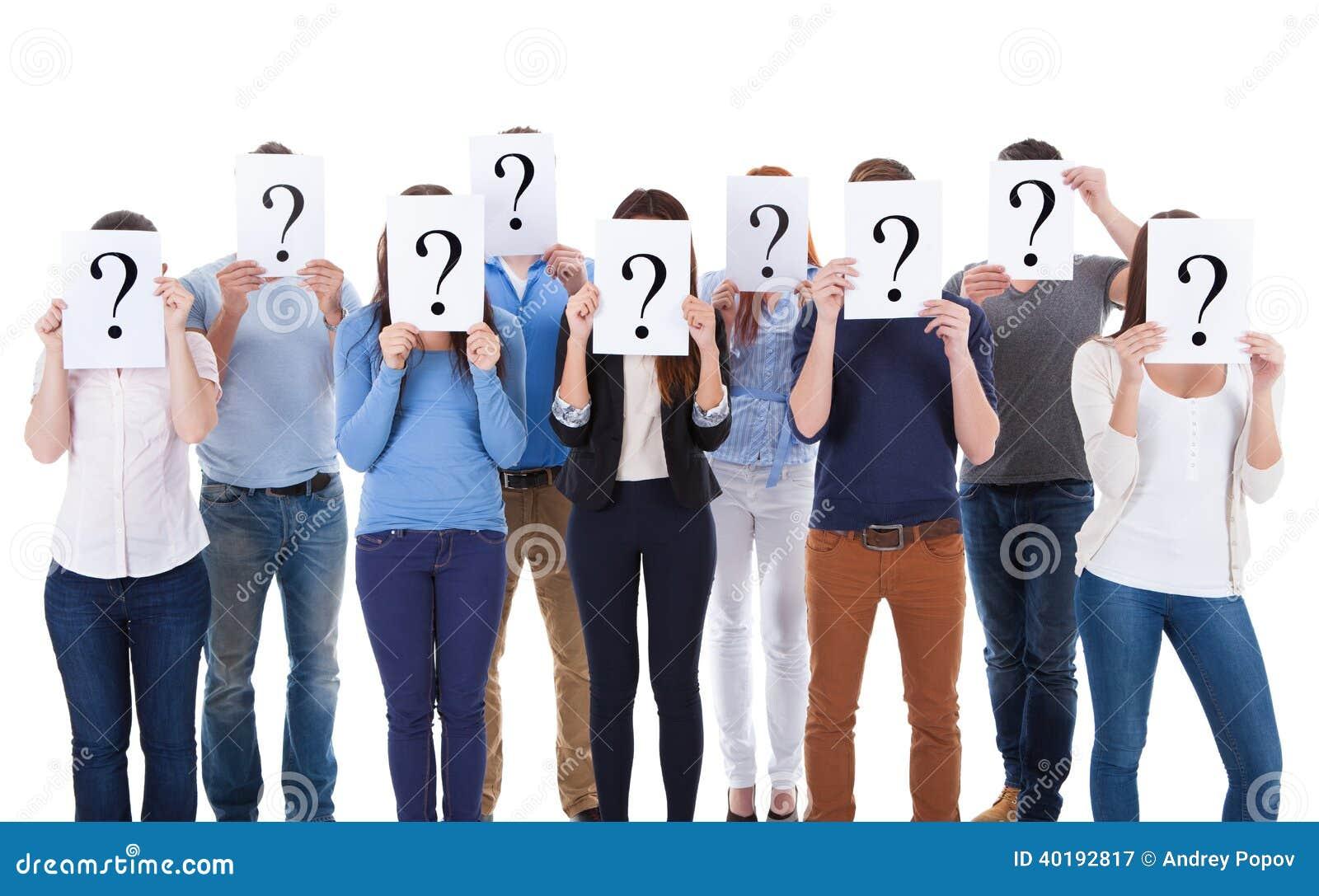 Grupo de personas diverso que lleva a cabo muestras de la pregunta