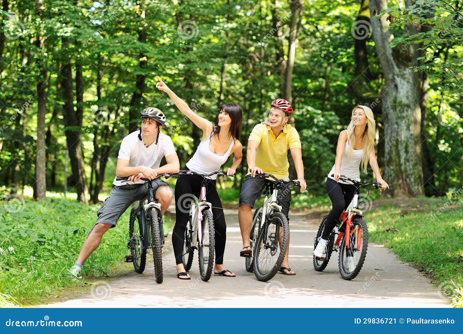 Grupo De Personas En Bicicletas En Un Campo Imagen de ...