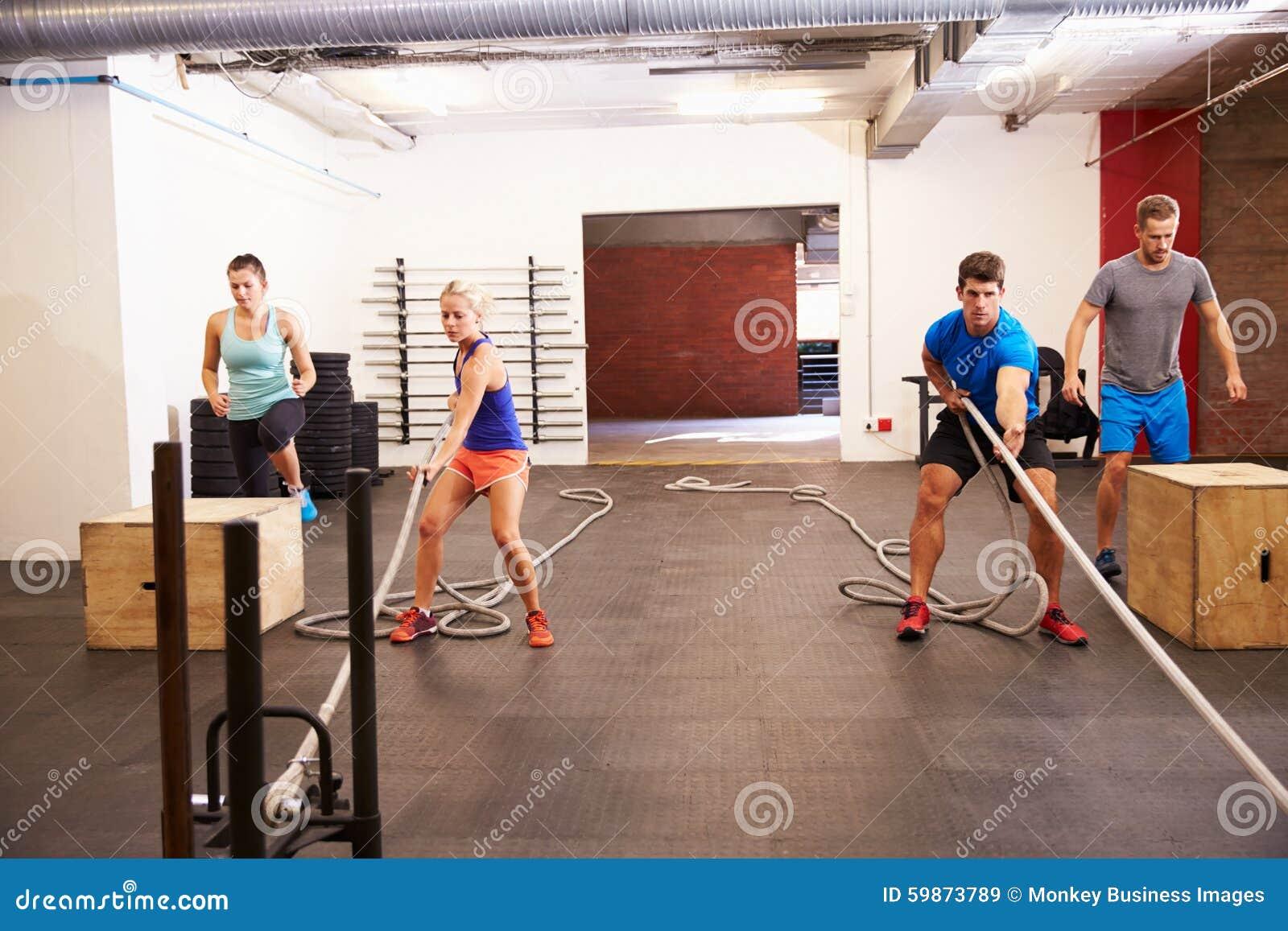 Circuito Gimnasio : Grupo de personas en el entrenamiento del circuito del gimnasio