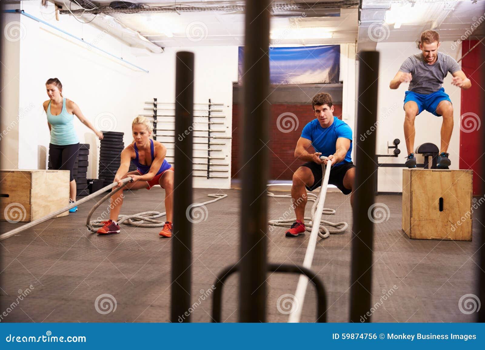 Circuito Gimnasio : Grupo de personas en el entrenamiento del circuito