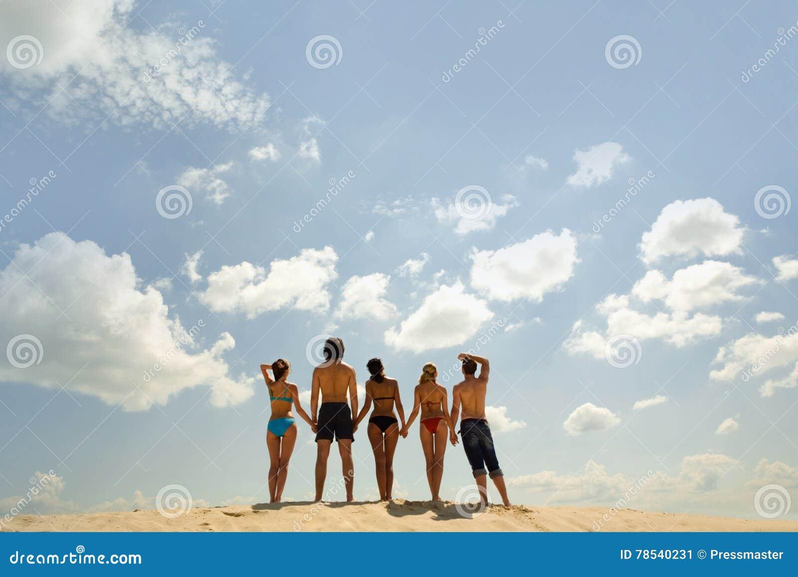 Grupo de personas en la playa