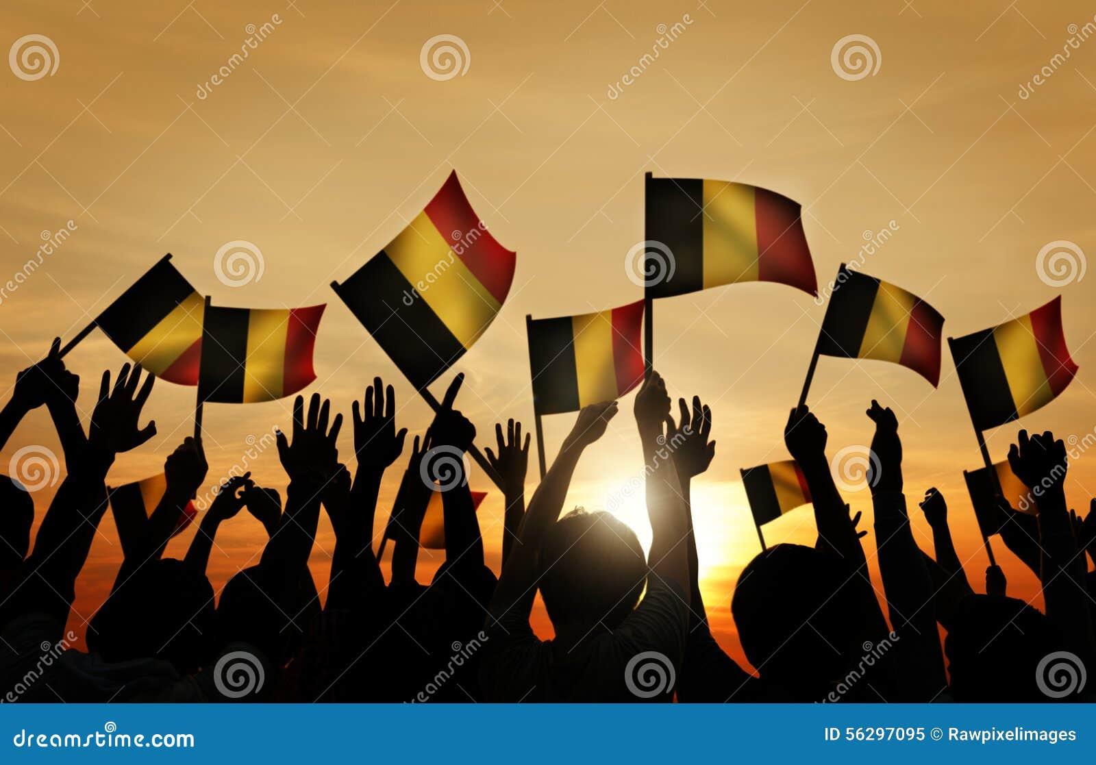 Grupo de personas que agita banderas belgas en Lit trasero