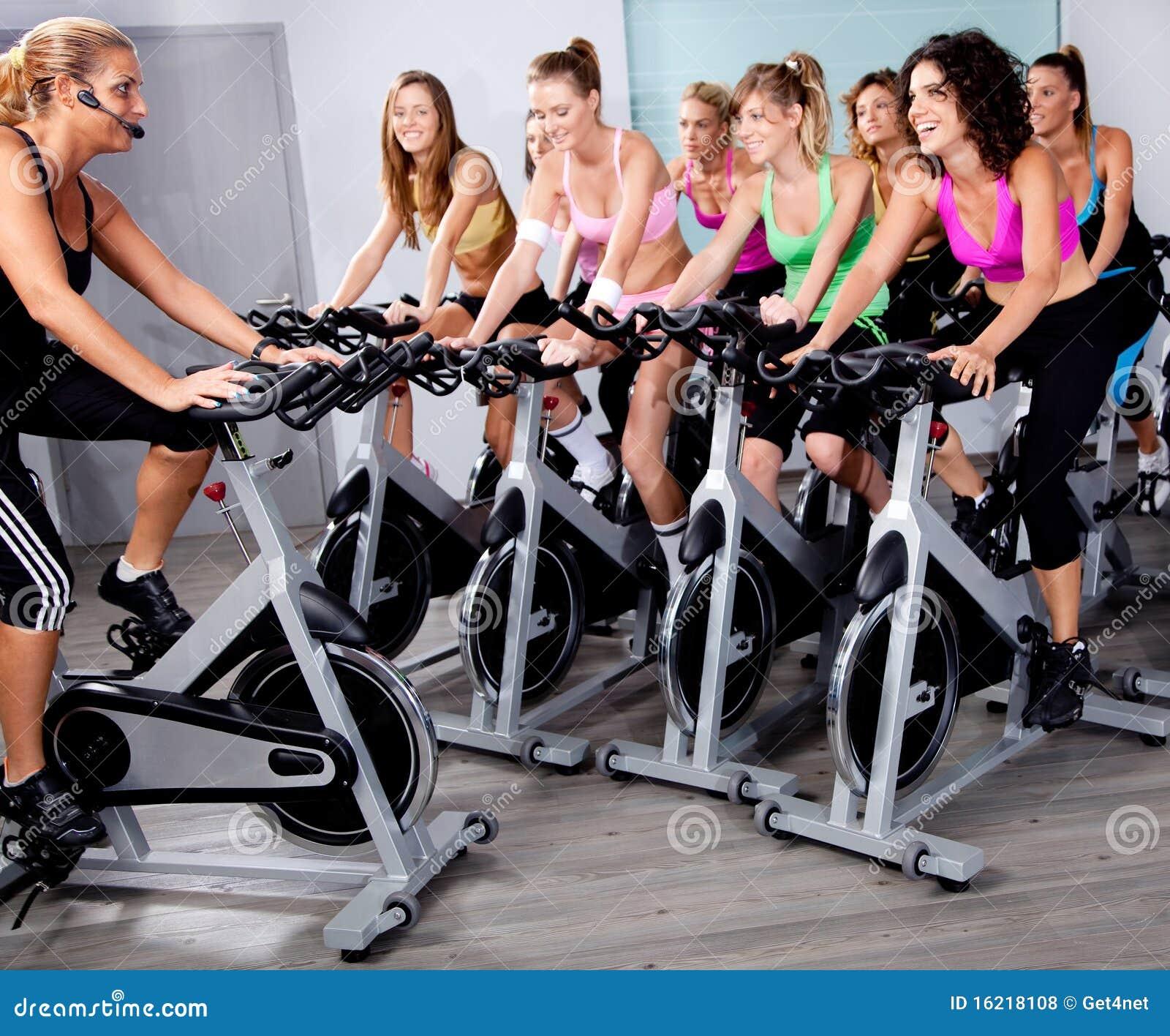 Grupo de personas que hace ejercicio en una bici