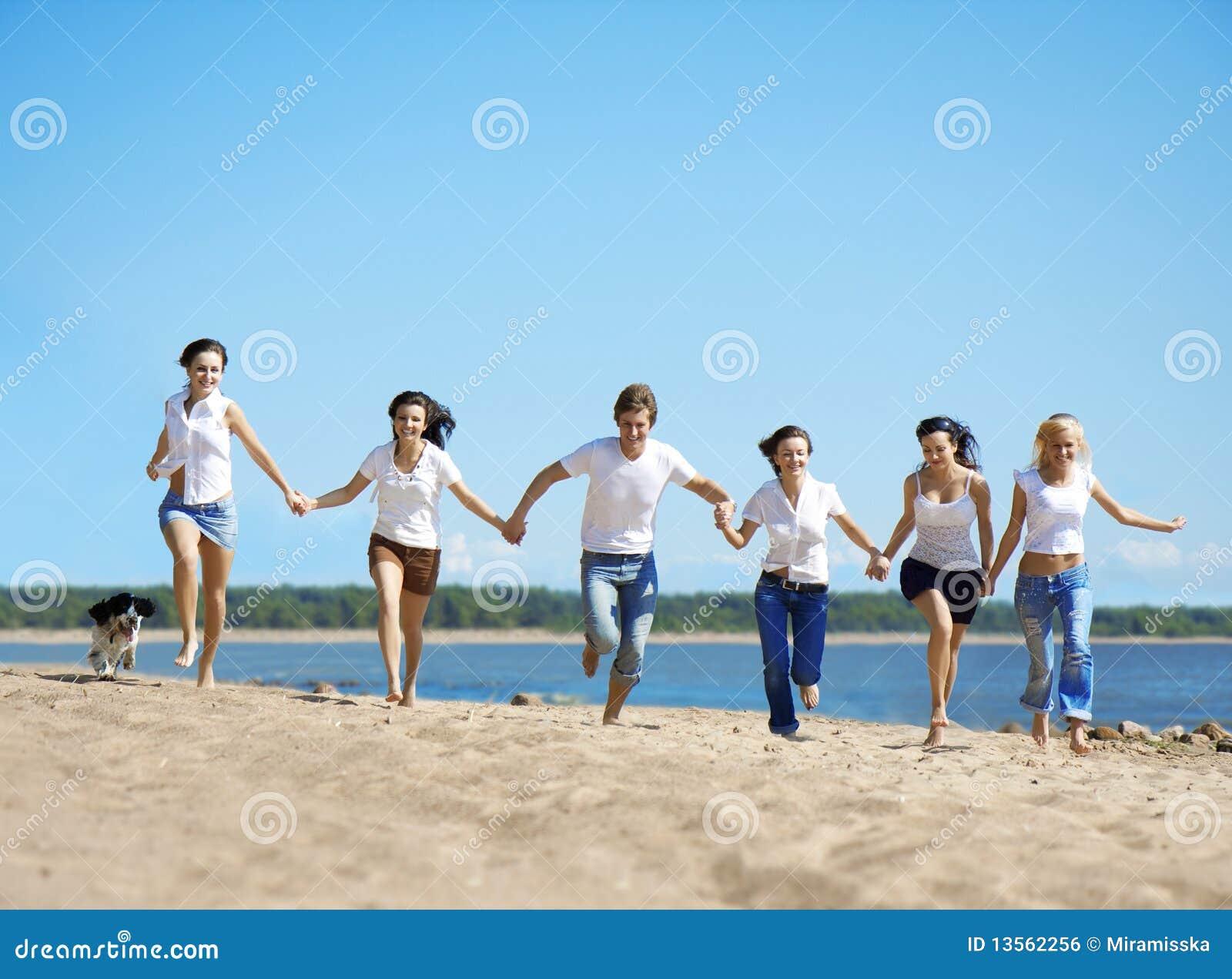 Grupo de personas que se relaja en la playa