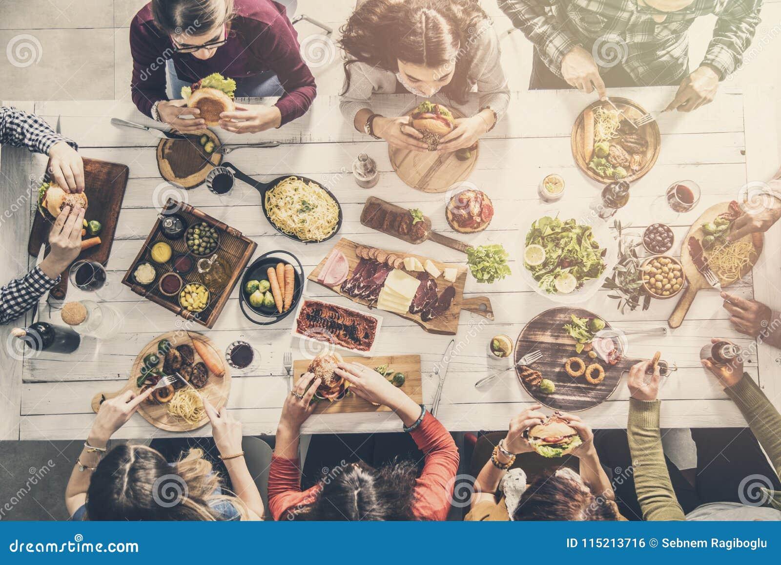 Grupo de personas que tiene comida junto
