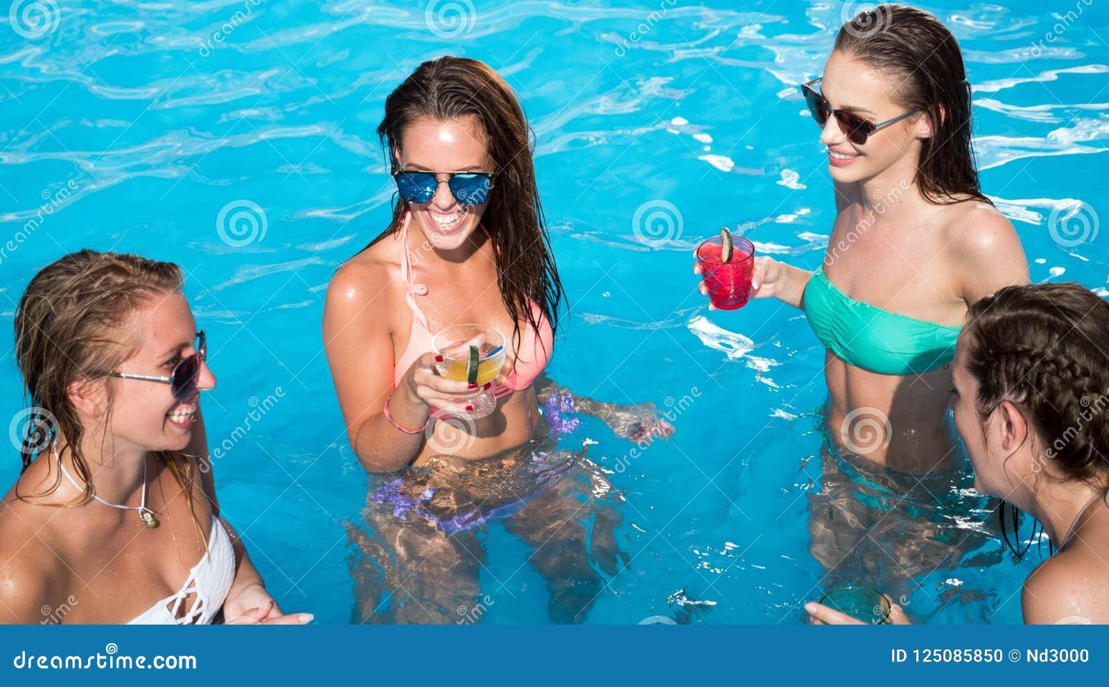 Grupo de personas que va de fiesta en piscina