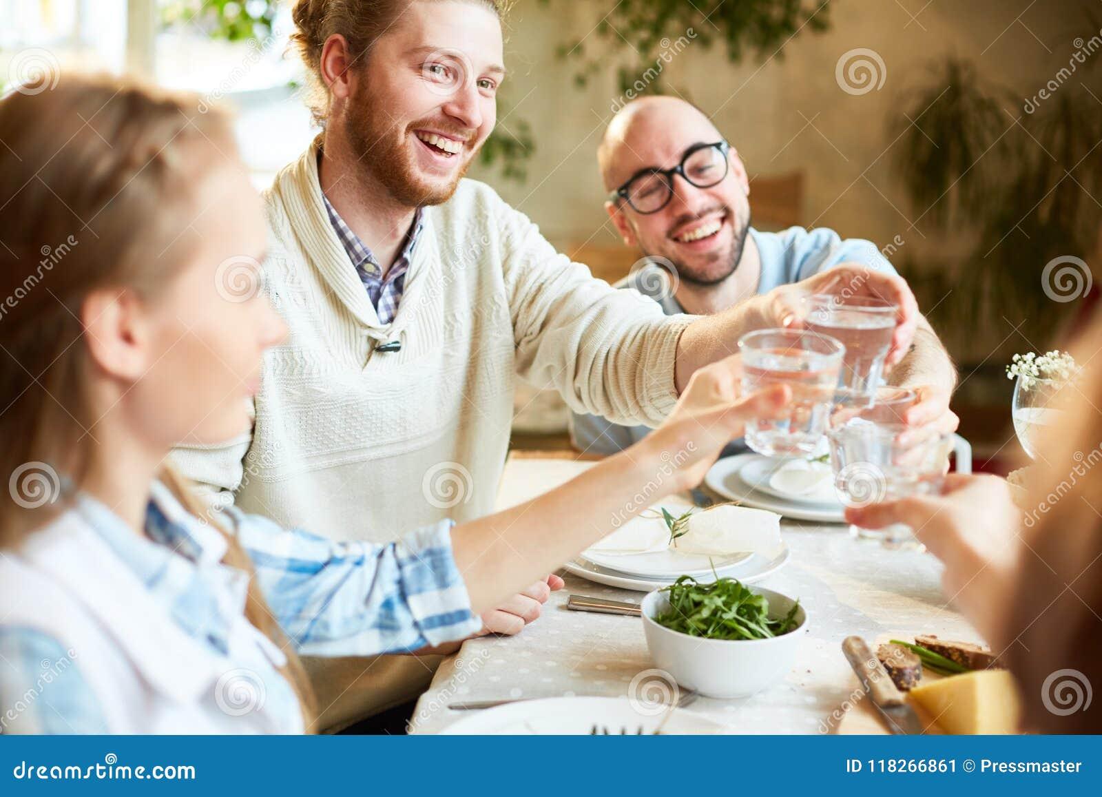 Grupo de pessoas que comemora o evento no restaurante