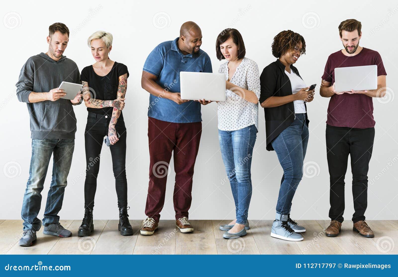 Grupo de pessoas que usa o dispositivo da eletrônica