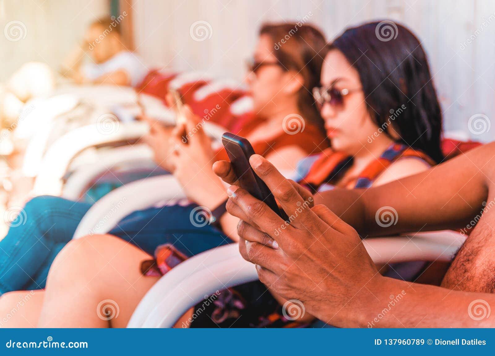 Grupo de pessoas que usa seus telefones espertos