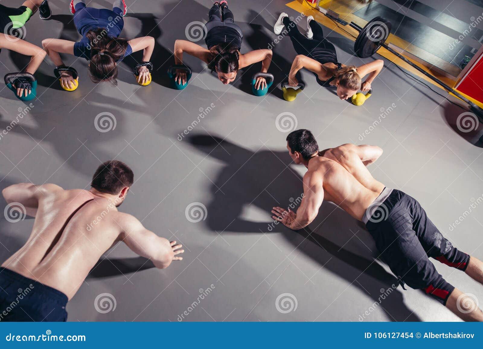 Grupo de povos desportivos que treinam em um gym