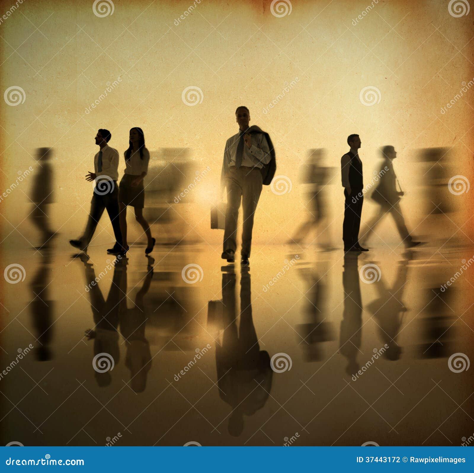Grupo de povos do mundo do negócio que andam pelo lado no por do sol