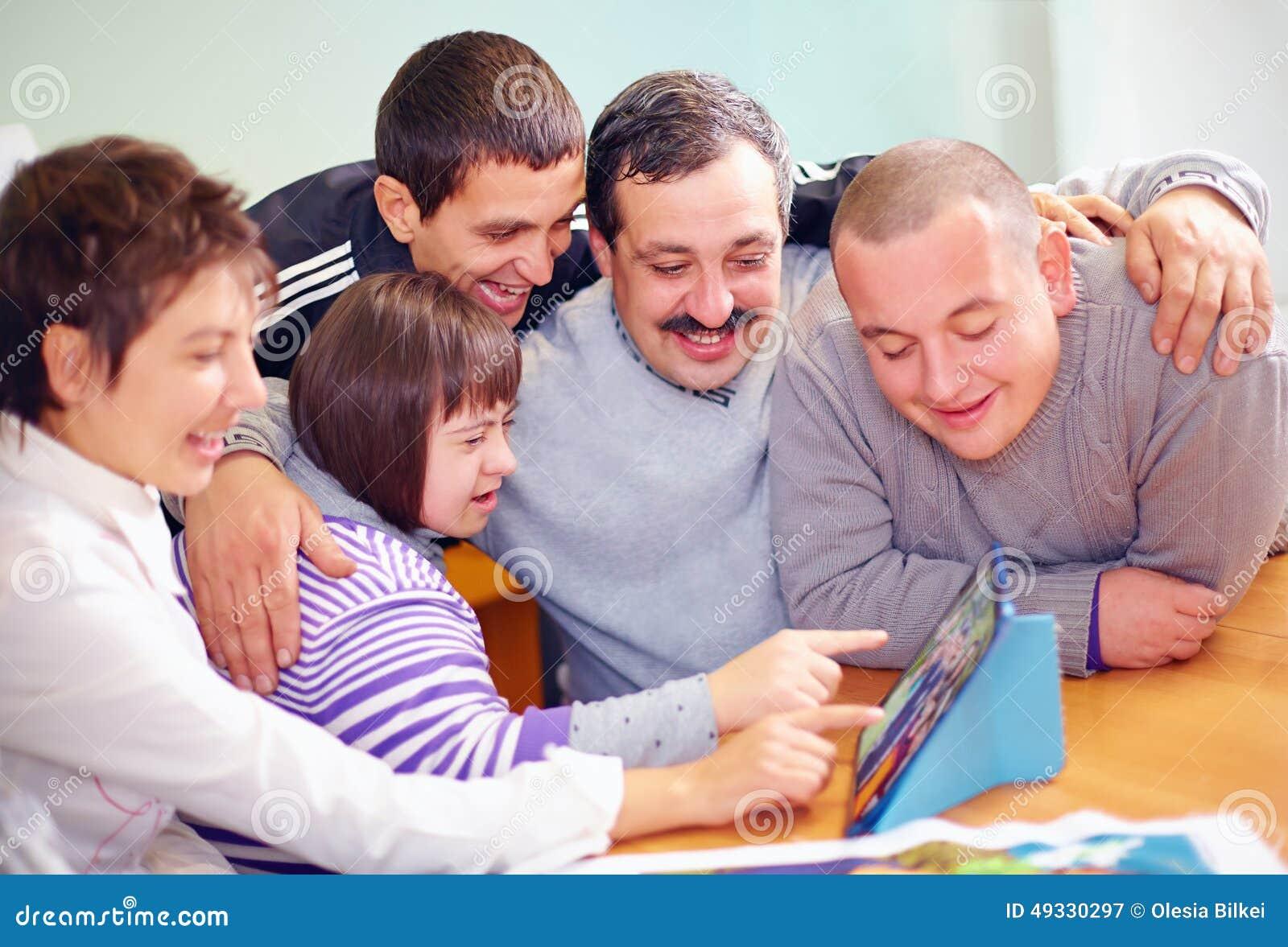 Grupo de povos felizes com a inabilidade que tem o divertimento com tabuleta