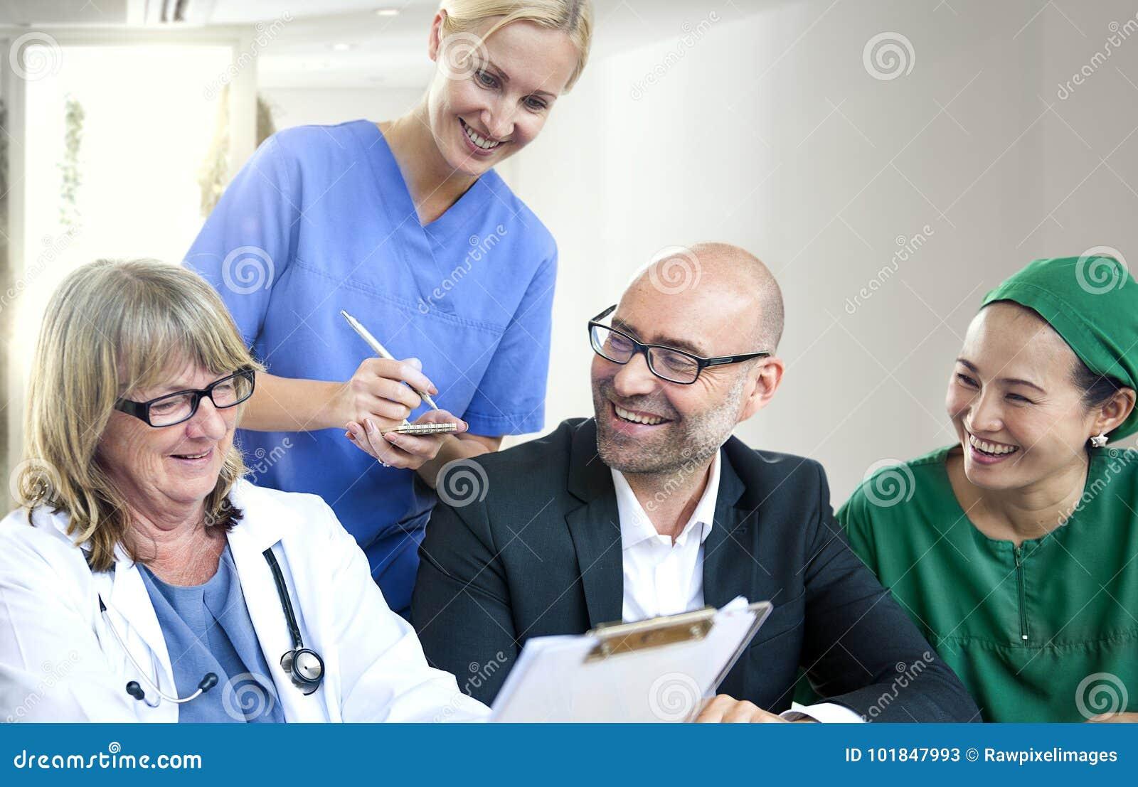 Grupo de povos médicos que têm uma reunião