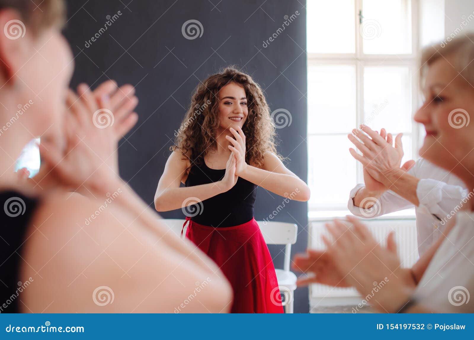 Grupo de povos superiores na classe de dan?a com professor da dan?a