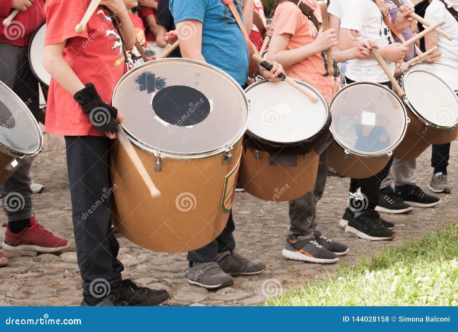 Grupo de prática nova dos meninos que joga o cilindro na rua