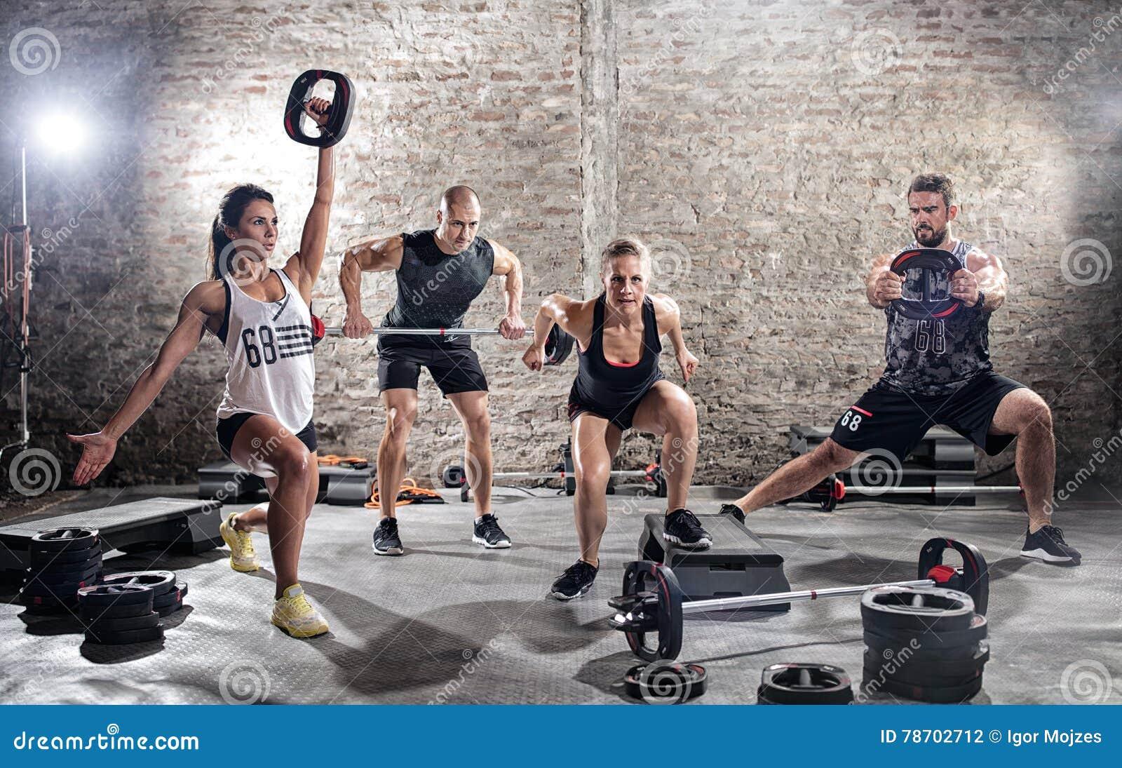 Grupo de praticar muscular novo dos povos
