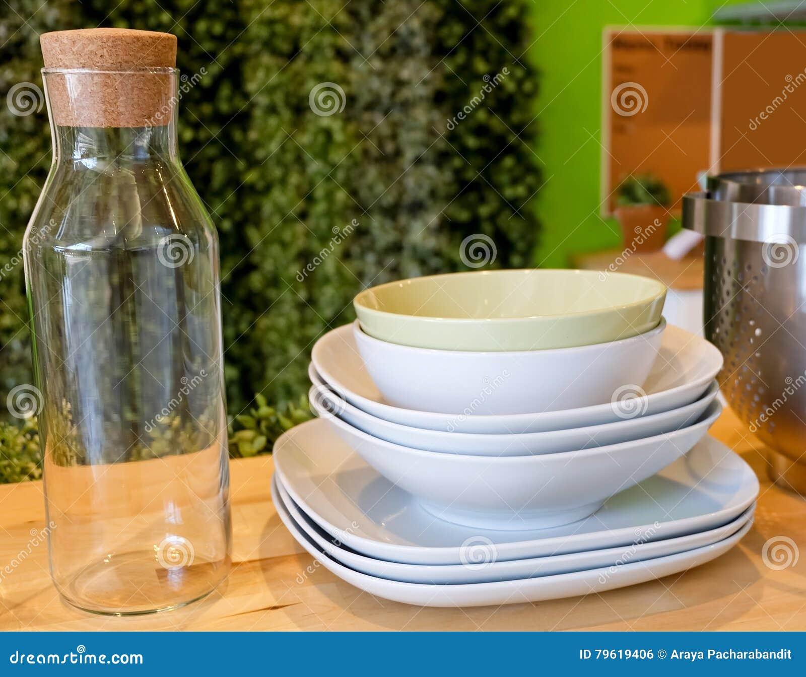 Grupo de pratos de porcelana, de placas das bacias e da garrafa de vidro