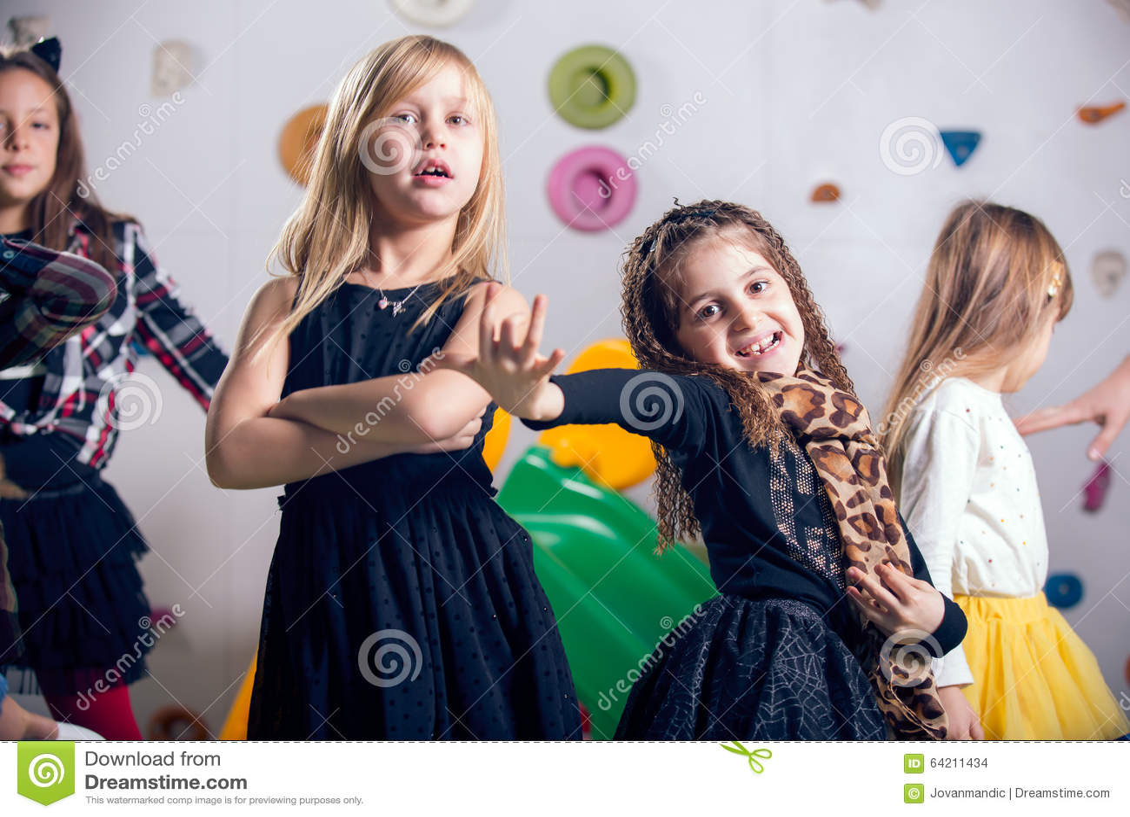 Grupo de preescolares felices que bailan en sala de juegos
