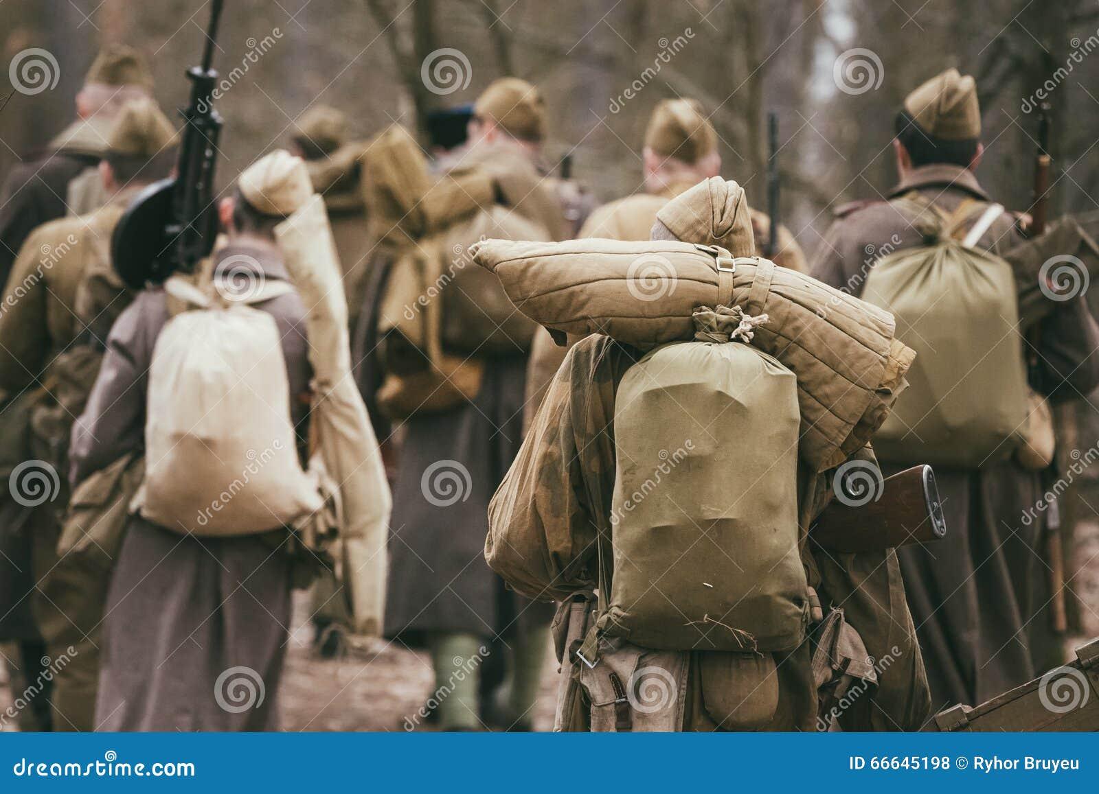 Grupo de re-enactors não identificado vestido como o soviete do russo vendido