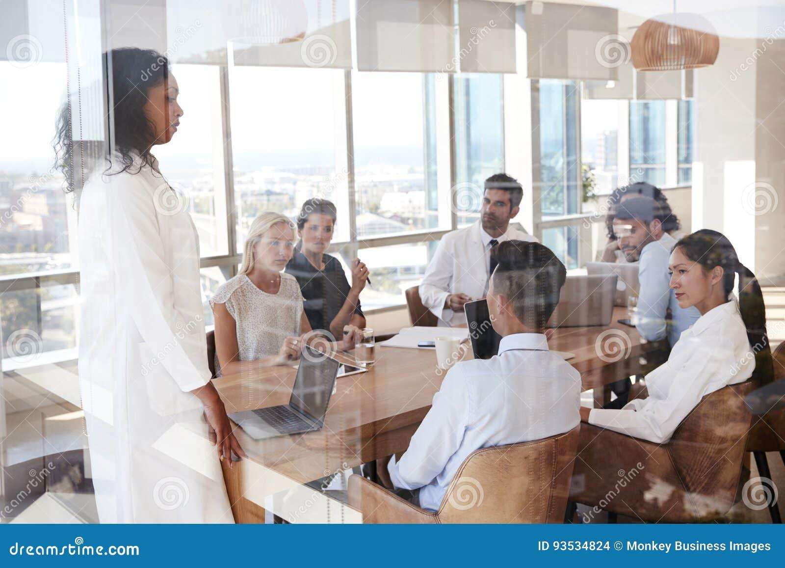 Grupo de reunión del personal médico alrededor de la tabla en hospital