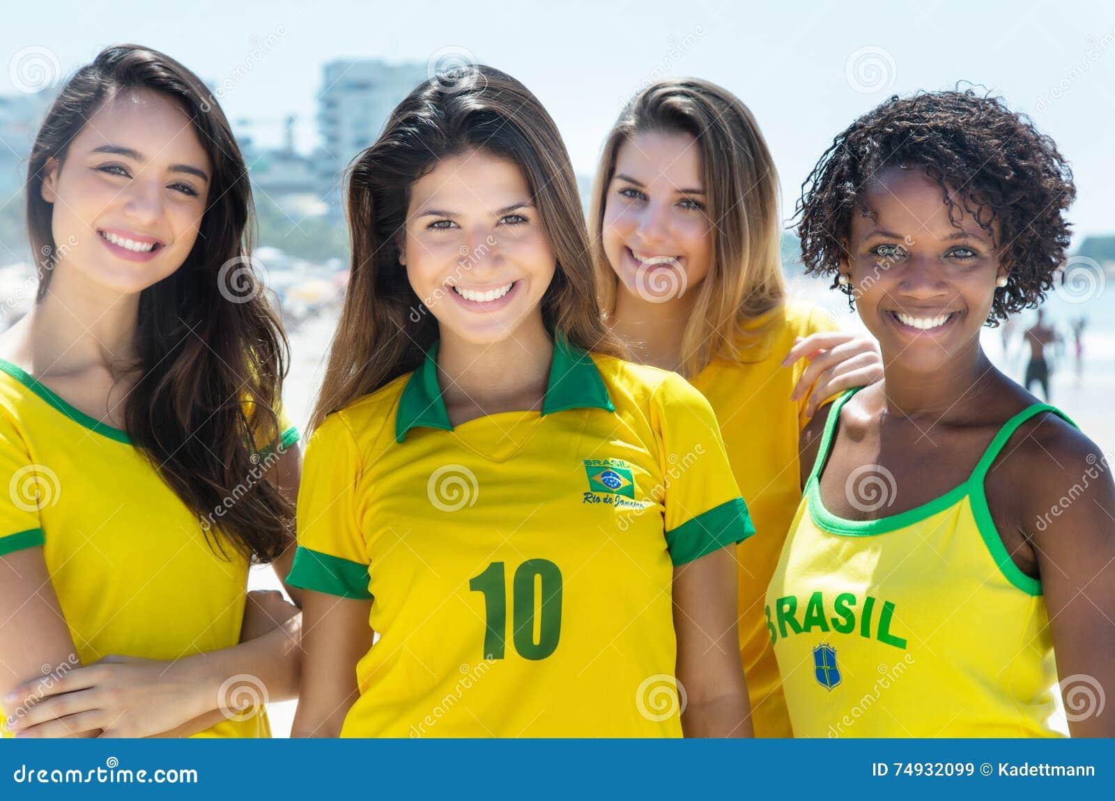Grupo de rir os fãs de futebol brasileiros exteriores na cidade