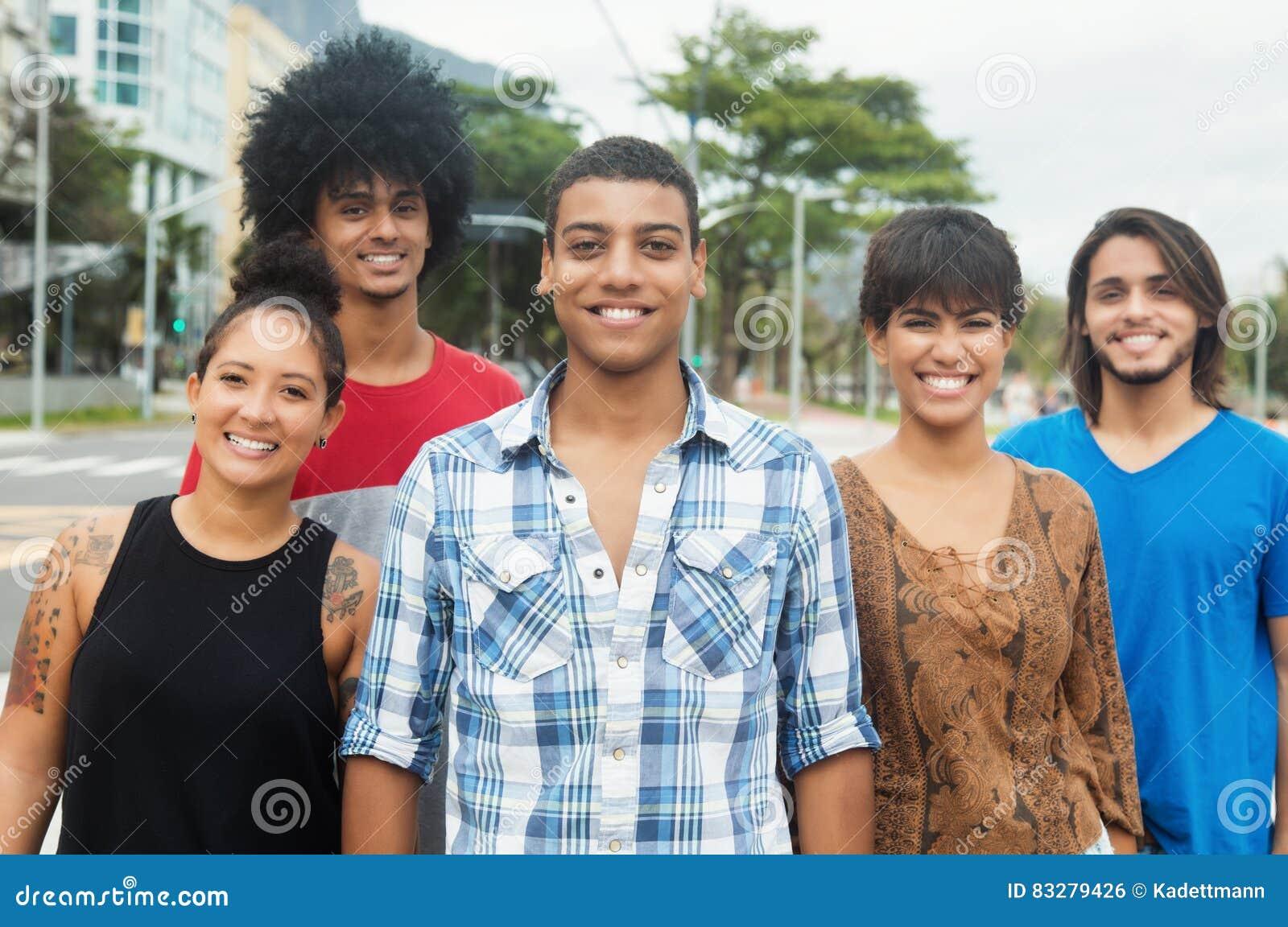 Grupo de rir povos adultos novos urbanos na cidade