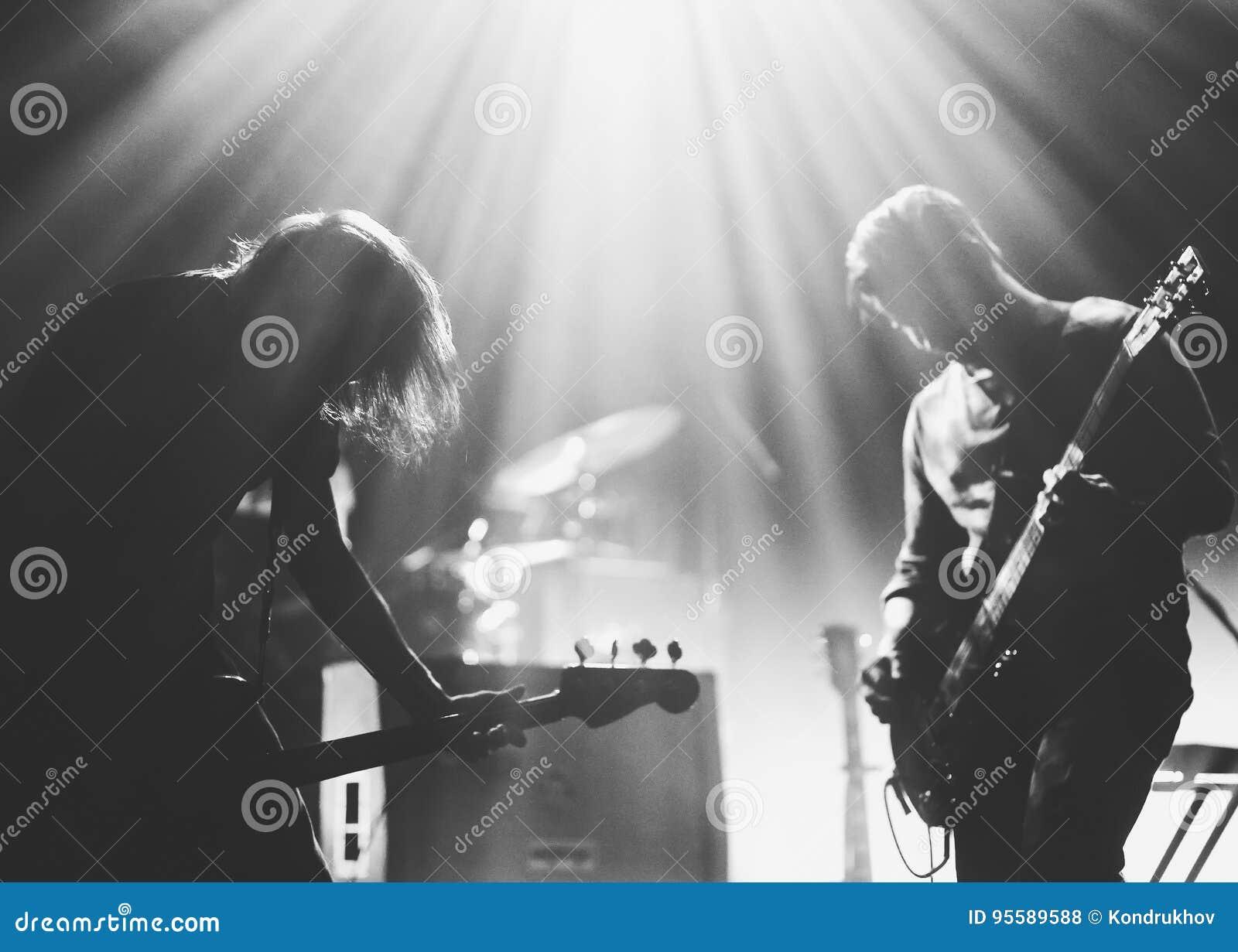 Grupo de rock em uma fase no luminosos