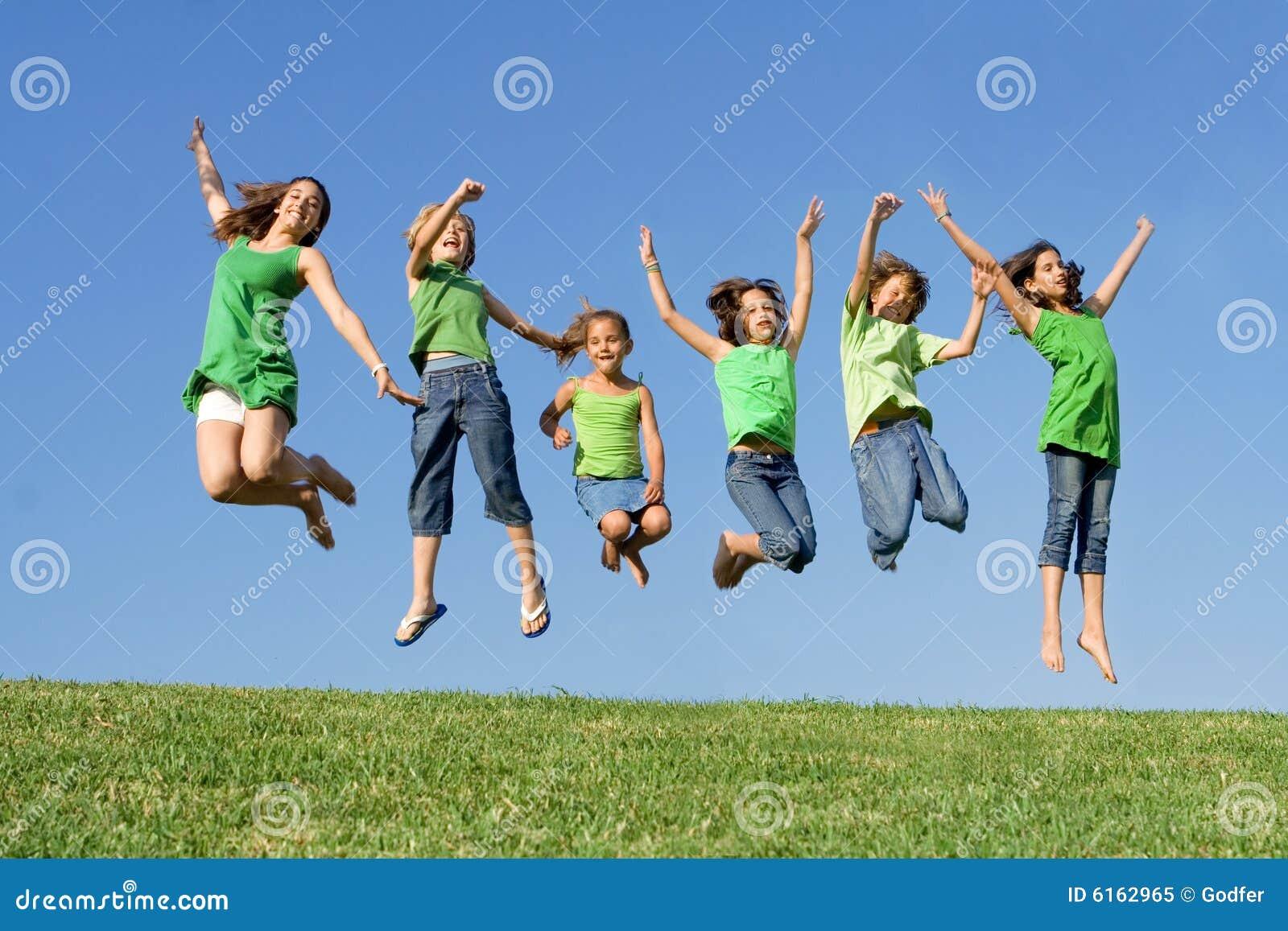 Grupo de salto feliz de los cabritos