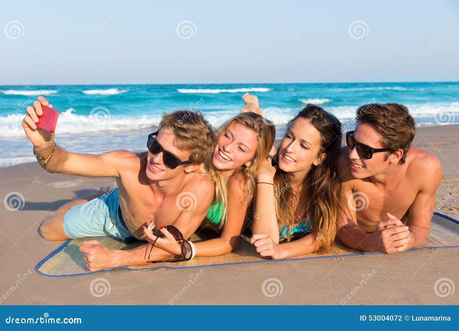 Grupo de Selfie de amigos do turista em uma praia tropical