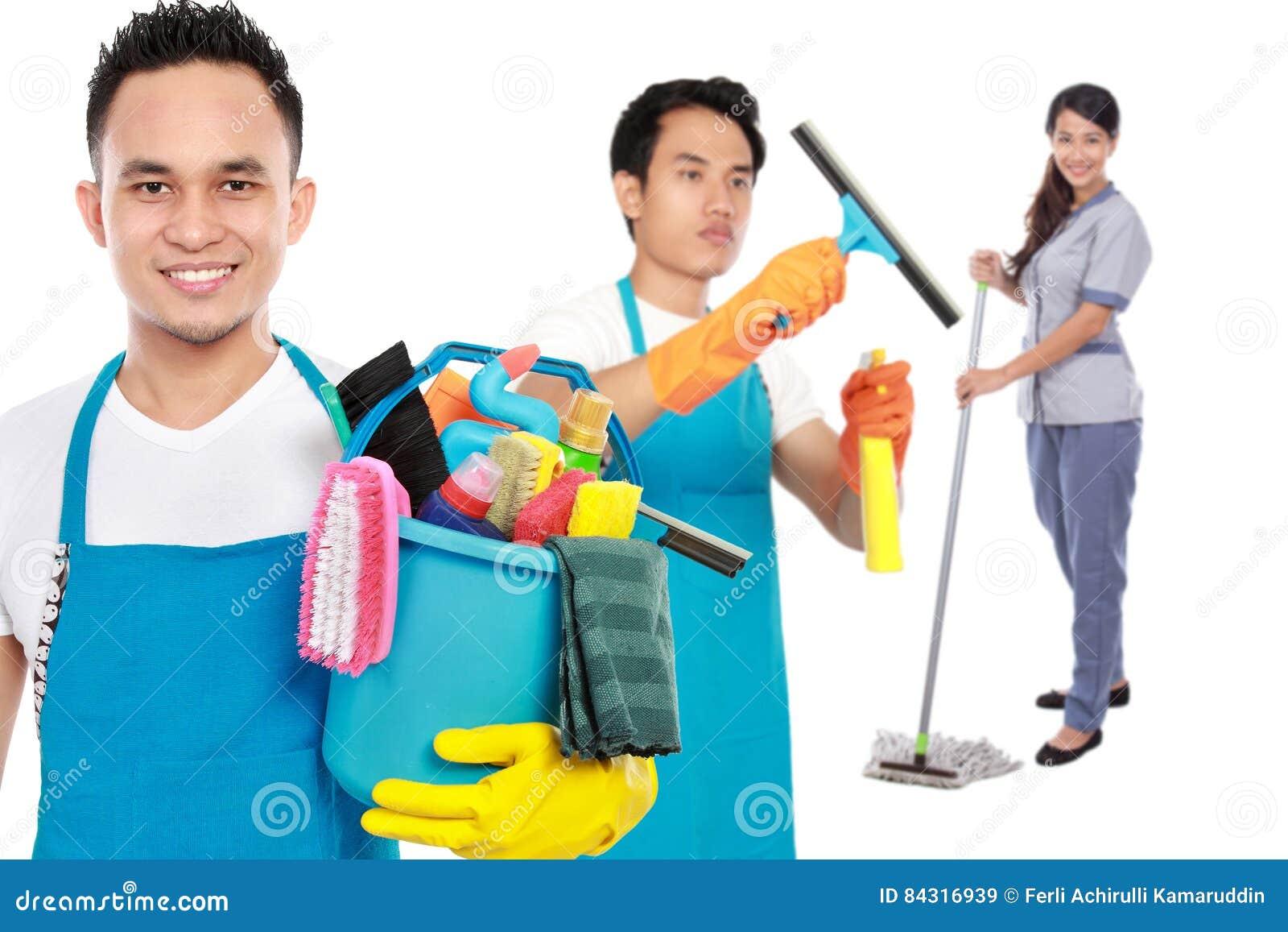 Grupo de servicios de la limpieza listos para hacer las tareas