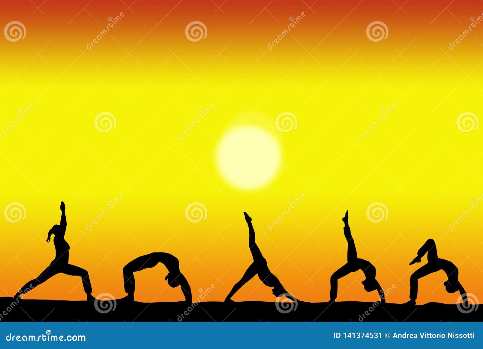 Grupo de silhuetas fêmeas da ioga com um por do sol no espaço do fundo e da cópia para seu texto