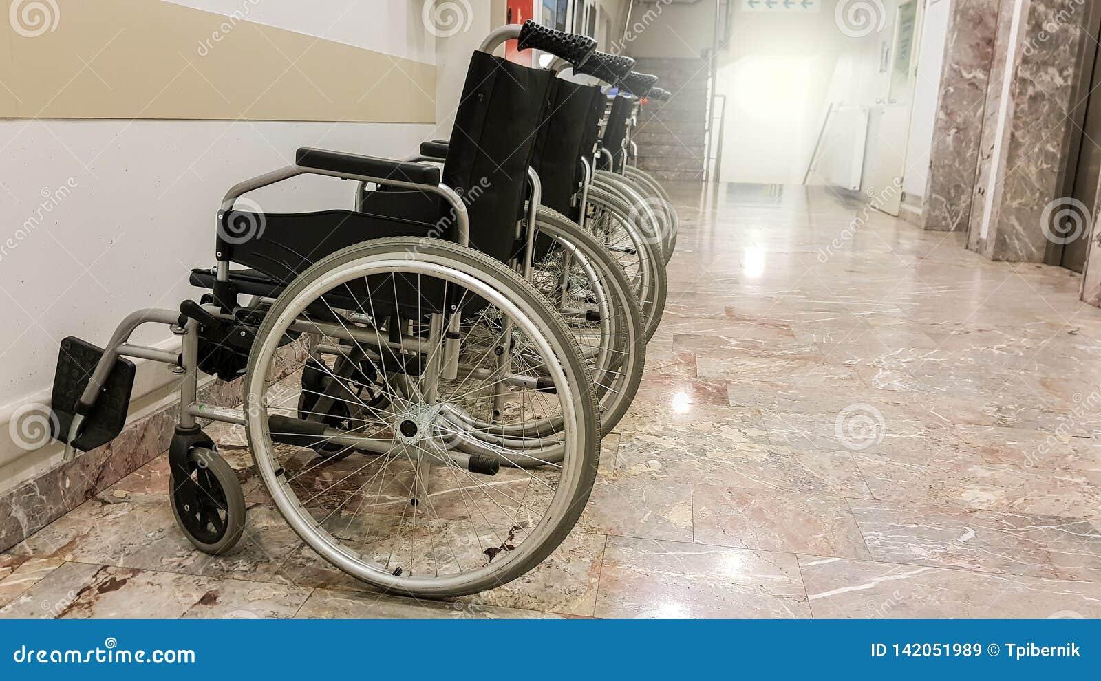 Grupo de sillas de ruedas vacías en un vestíbulo listo para los pacientes