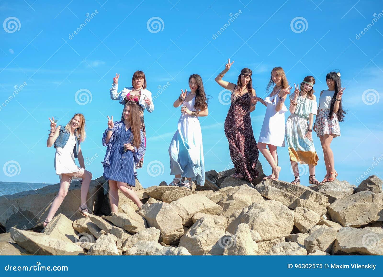 Grupo de situación para mujer joven junto en una playa en un día de verano Gente joven feliz que disfruta de un día en la playa