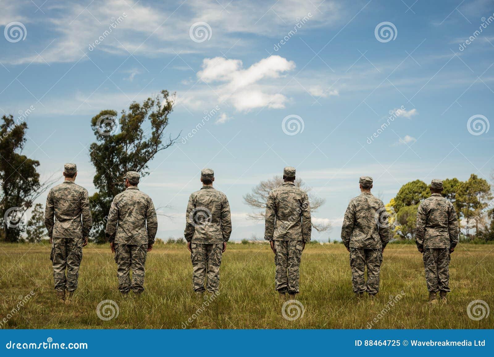 Grupo de soldados militares que se colocan en línea
