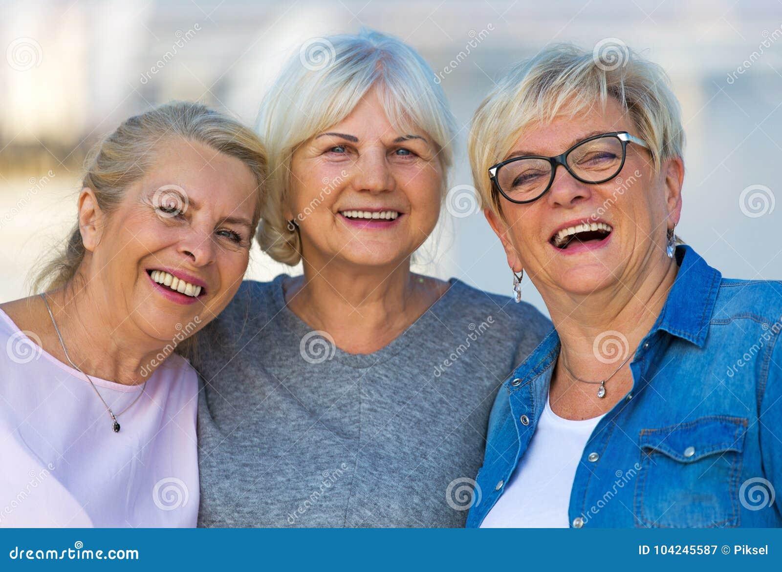 Grupo de sonrisa mayor de las mujeres