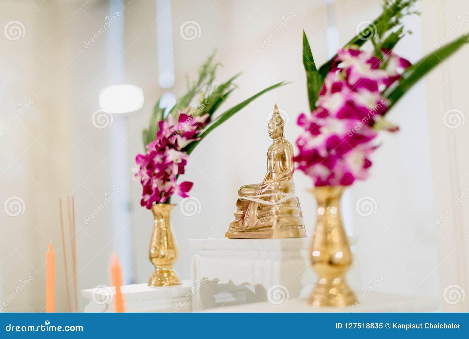 Grupo de tabela do altar no salão do casamento encene para o lugar que a estátua de buddha para reza e adore antes começam a ceri