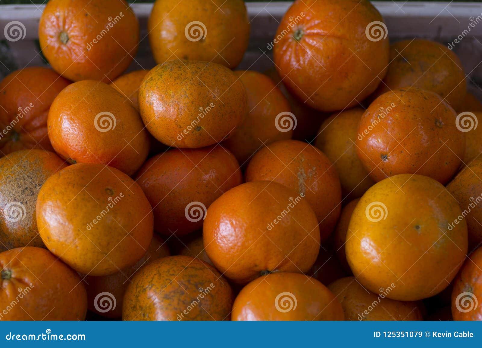 Grupo de tangerinas em um escaninho