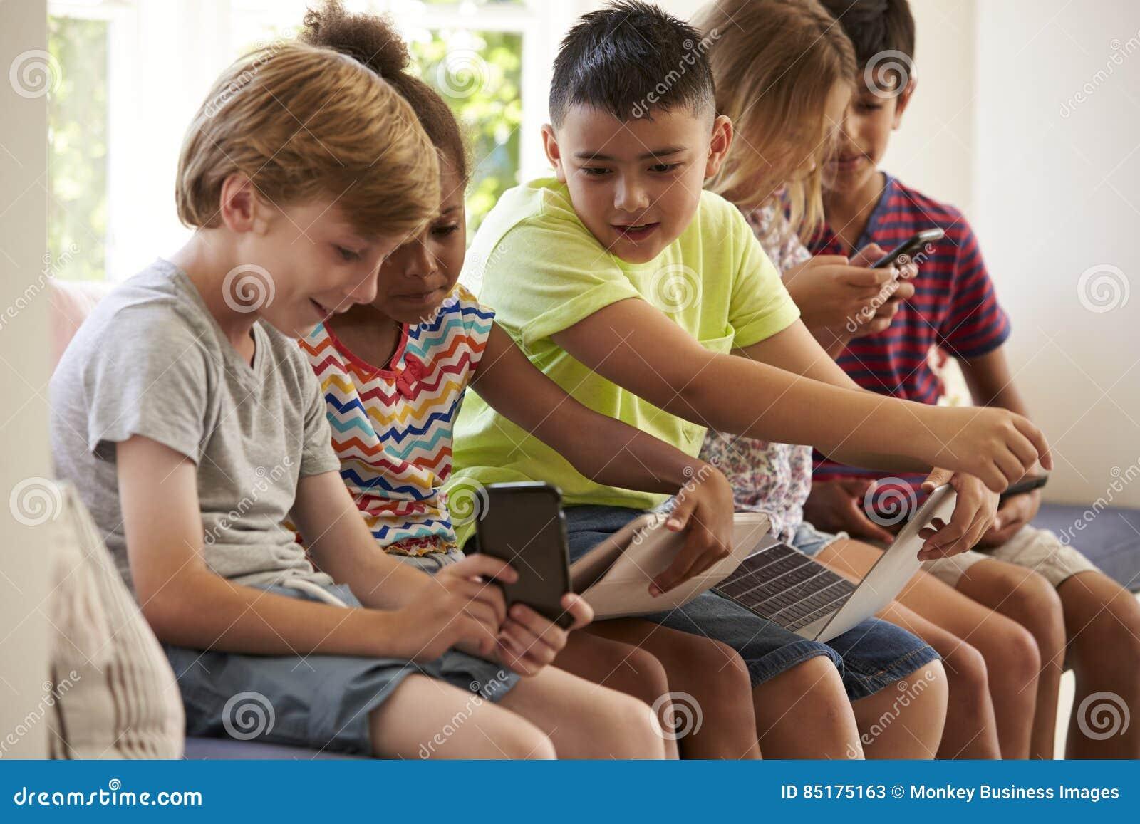 Grupo de tecnologia do uso de Sit On Window Seat And das crianças