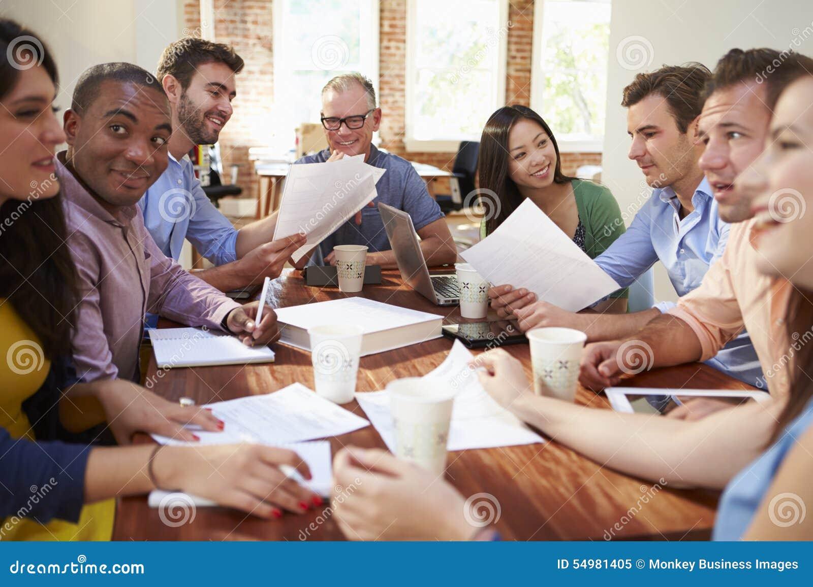 Grupo de trabalhadores de escritório que encontram-se para discutir ideias