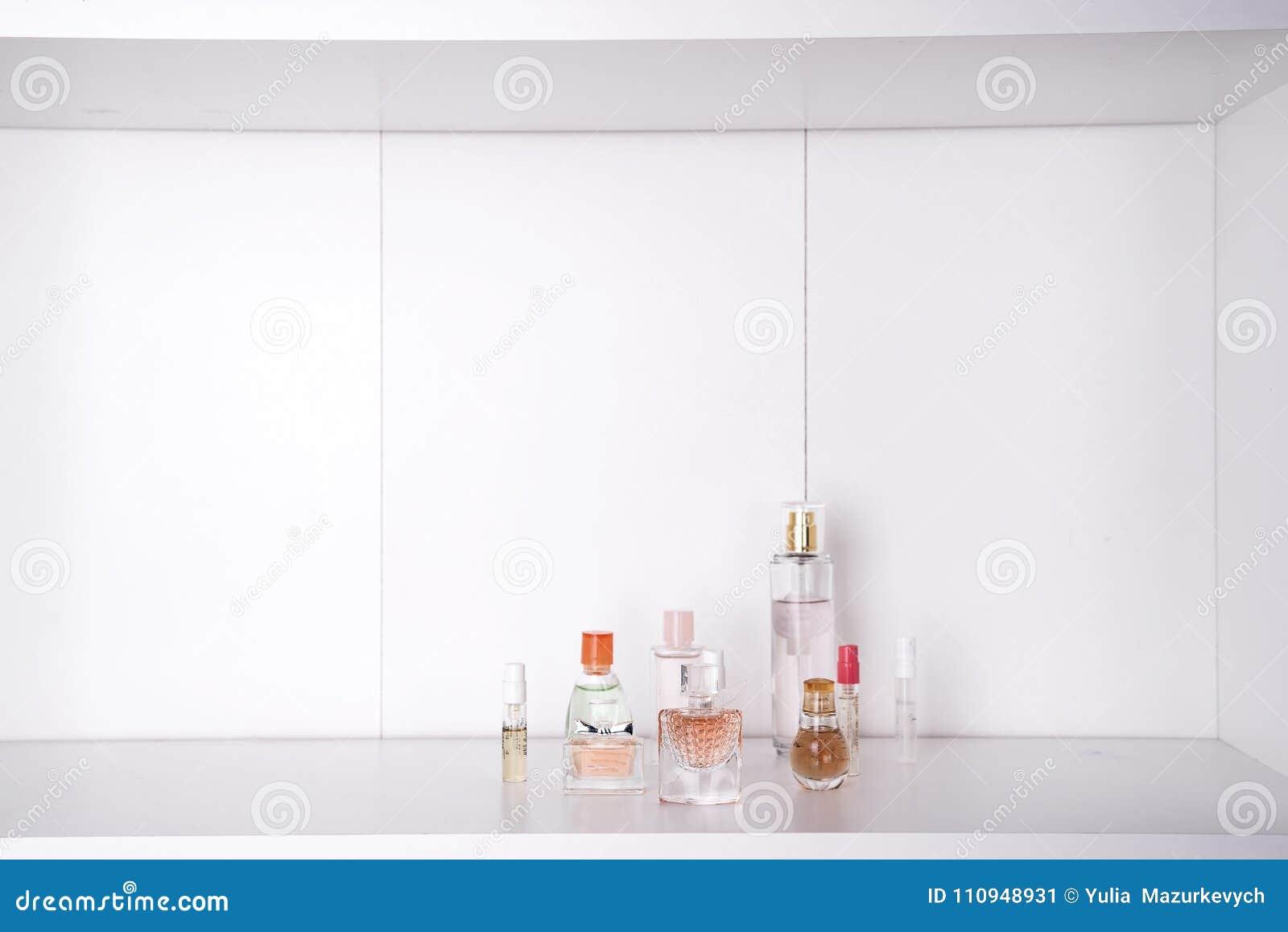 Grupo de vários perfumes da mulher