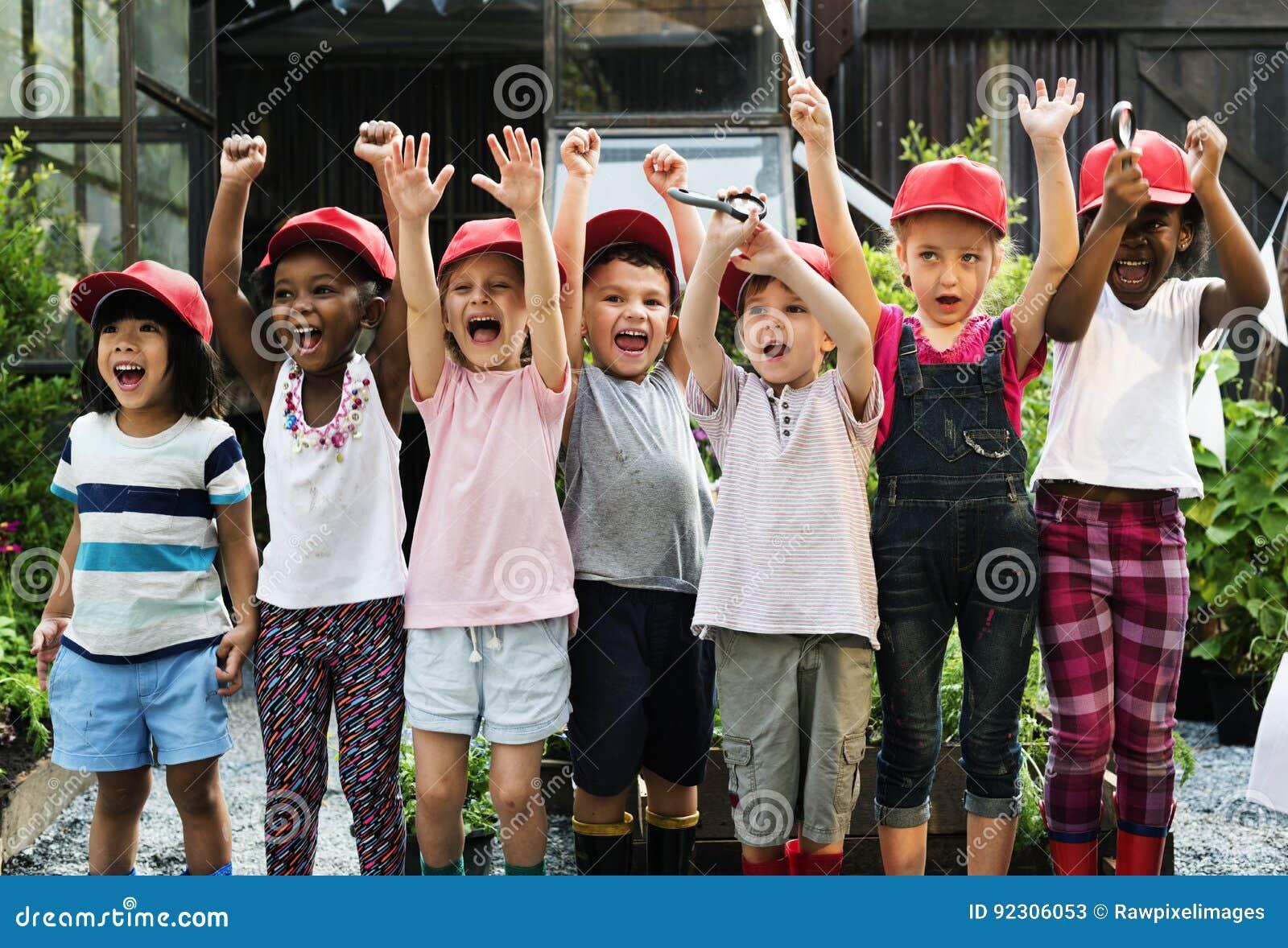 Grupo de visitas de estudo da escola das crianças que aprende fora o smilin ativo