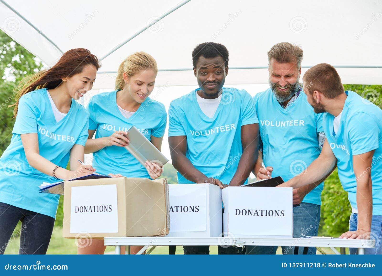 Grupo de voluntários no fundraiser
