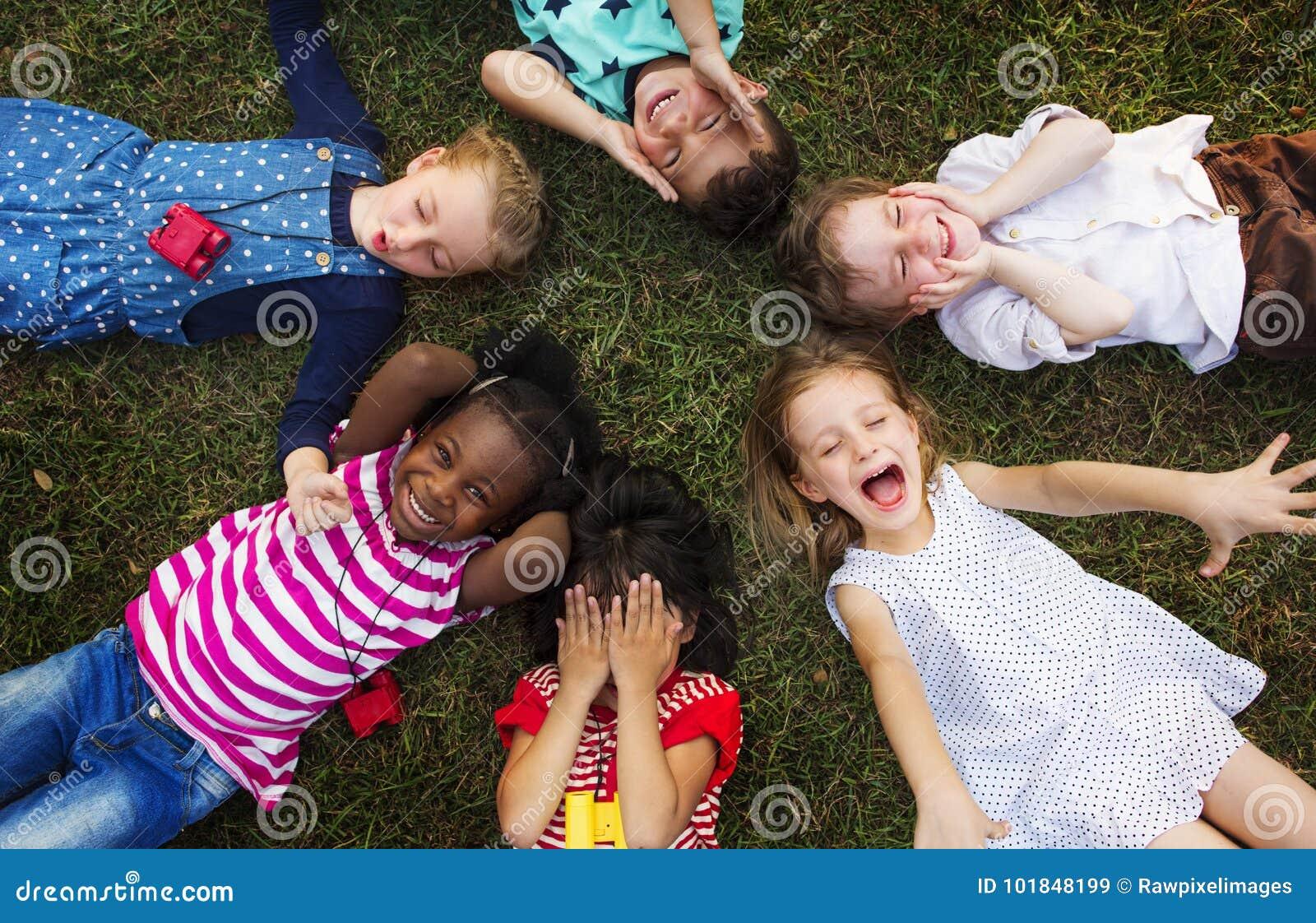 Grupo diverso alegre de pequeños niños