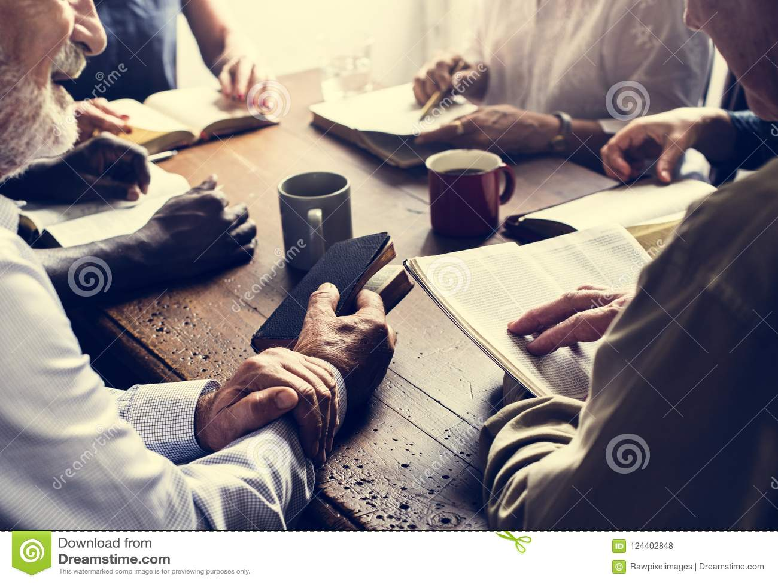 Grupo diverso da Bíblia cristã da leitura