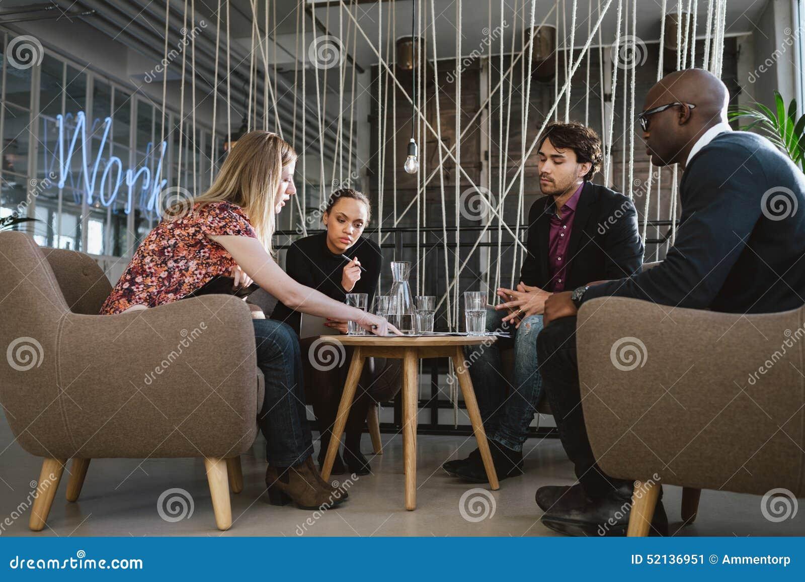 Grupo diverso de ejecutivos que discuten negocio