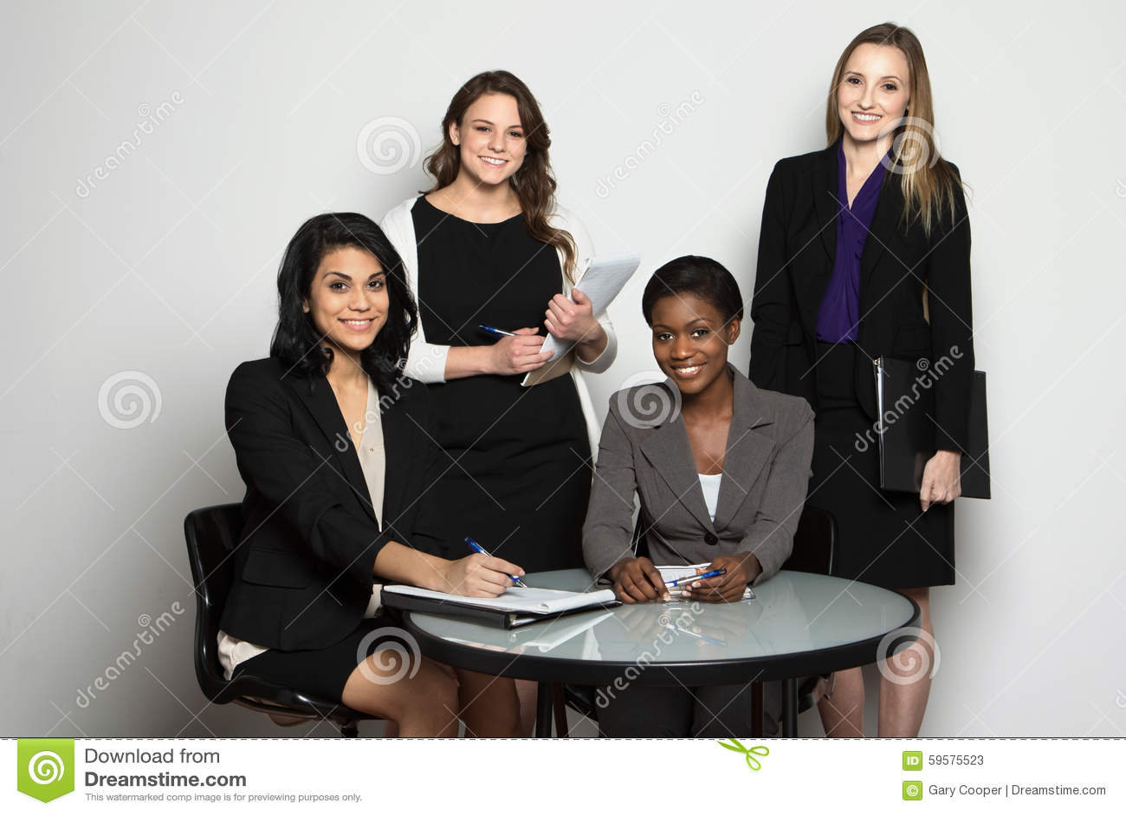 Grupo diverso de empresarias que trabajan en equipo