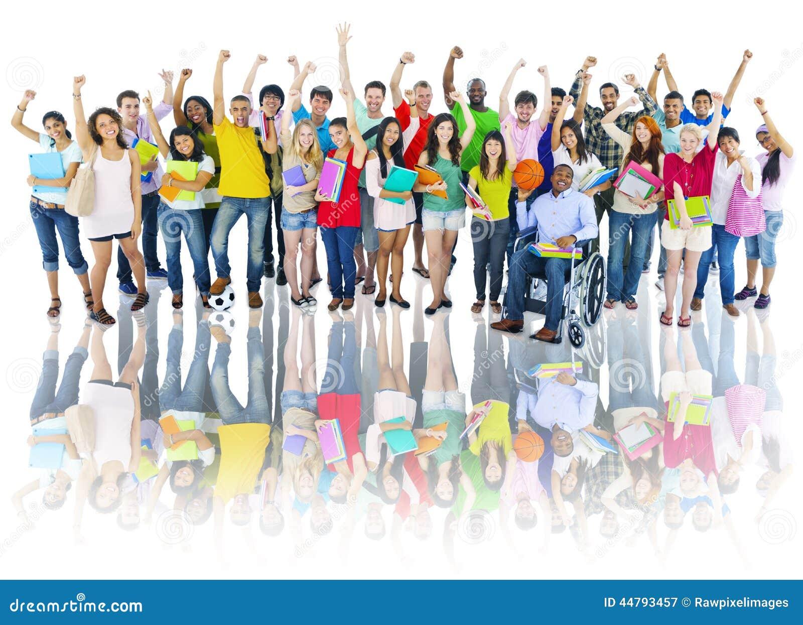 Grupo diverso de estudiantes de la High School secundaria con los brazos aumentados