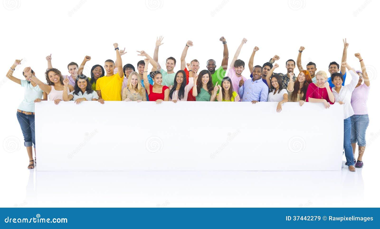Grupo diverso de jovens que comemoram
