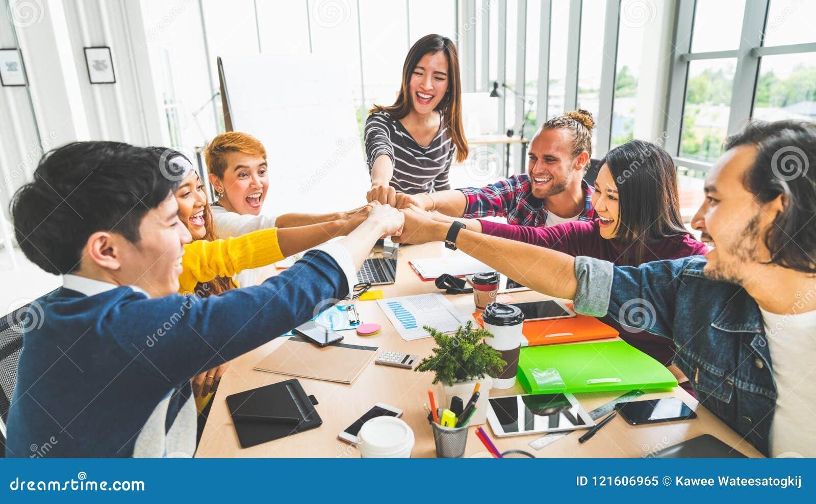 Grupo diverso multiétnico del compañero de trabajo de la oficina, topetón del puño del socio comercial en oficina moderna Concept